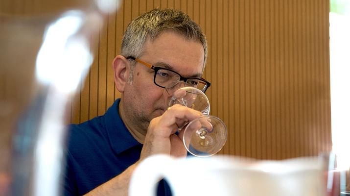 Mann bei einer Weinverkostung