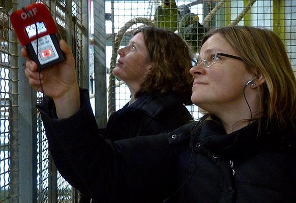 Susanna Niedermayr und Iris Baldinger versuchen die Papageien in ein Gespräch zu verwickeln.