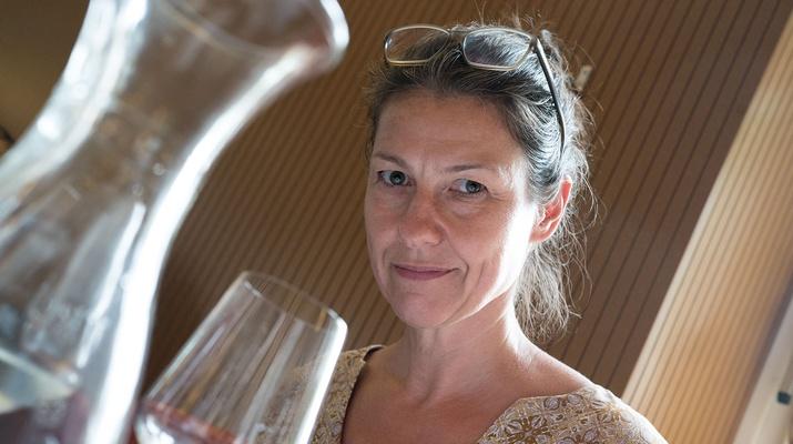 Frau bei einer Weinverkostung