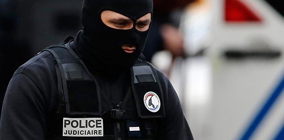 Ein französicher Polizist mit Maske
