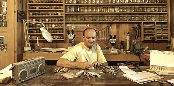 Ein Handwerker an seiner Werkbank