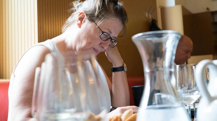 Eine Frau bei einer Weinverkostung