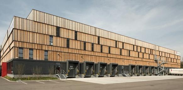 Modernes Wirtschaftsgebäude aus Holz