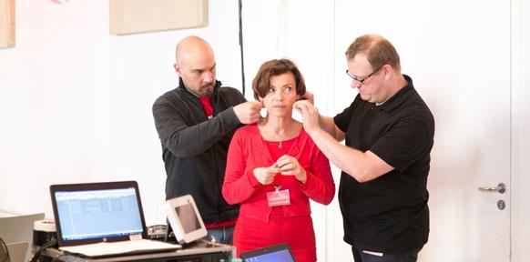 Renata Schmidtkunz mit Technikern