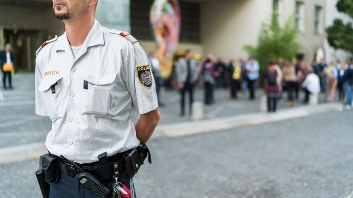 Polizist vor dem Funkhaus