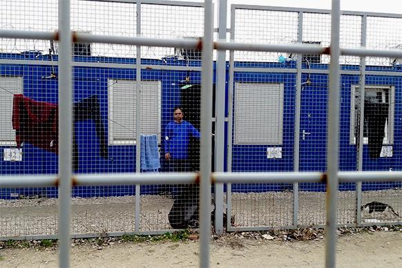 Menschen hinter Gitter