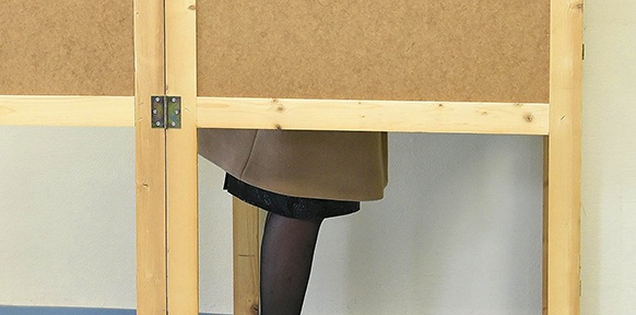 Eine Frau in der Wahlkabine