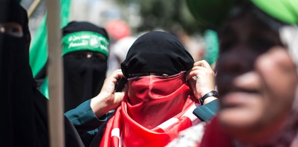 Mann mit einer türkischen Flagge vermummt