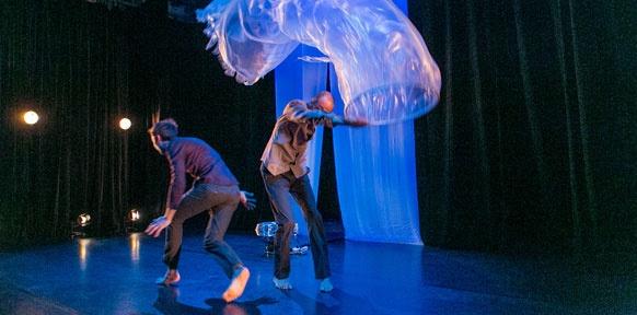 Tänzer mit einem riesigen Plastikschlach