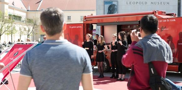 Sängerinnen vor dem Ö1 Clubmobil