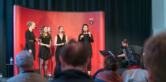 Sängerinnen auf der Bühne