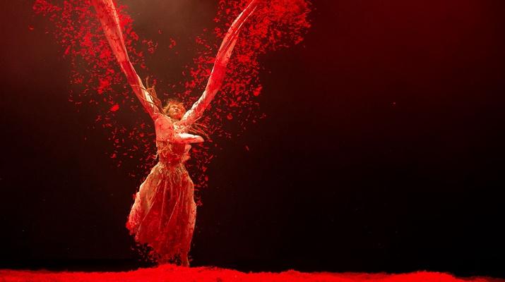 Rotes Szenario, Tänzerin in rot