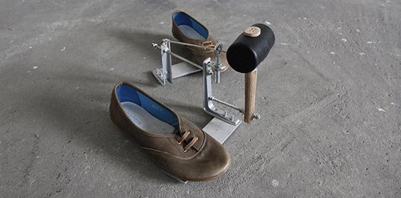 Schuhe und ein Gummihammer