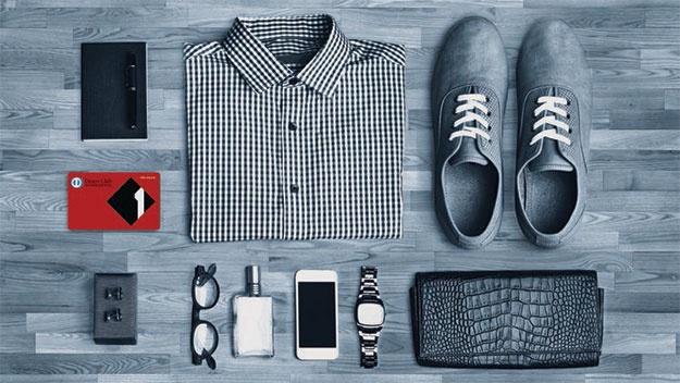 Kreditkarten-Sujet, Hemd, Brille, Schuhe, Geldbörse