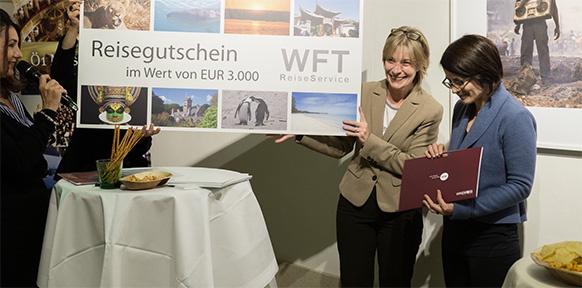 Die Gewinnerin Birgit Reiter (rechts) bei der Preisverleihung.