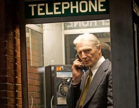 Liam Neeson (Mark Felt) telefoniert