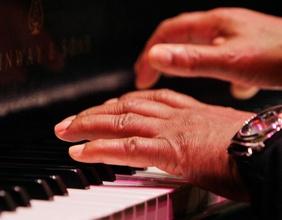 Herbie Hancock spielt Klavier
