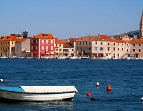 Starigrad, Boot und Häuserzeile