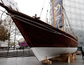Eine Yacht vor dem Pariser Institut du Monde Arab