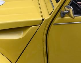 Seitenansicht eines gelben Citroen 2CV