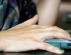 Frauenhand am Handy