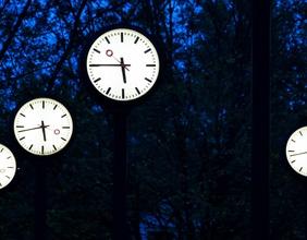Öffentliche Uhren in der Nacht