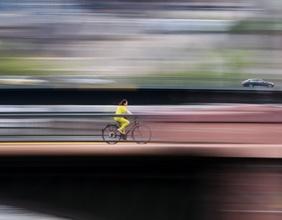 Wettrennen Fahrrad und Auto