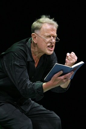 Claus Peymann bei Proben