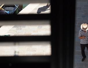 Ein Gondoliere schaut auf sein Handy