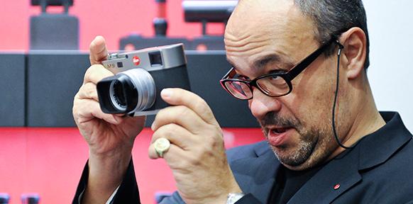 Andreas Kaufmann begutachtet eine Leica M9 - 8e699a2c813748f4336c47a97e8476b941b20d38